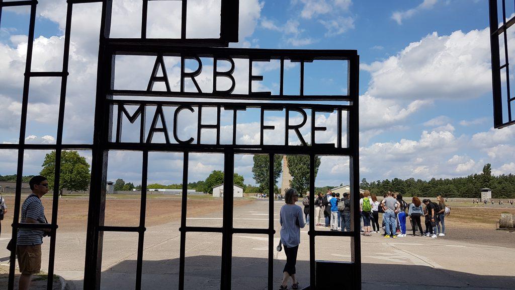"""Grindarna till Sachsenhausen bär den klassiska devisen """"Arbeit macht frei""""."""