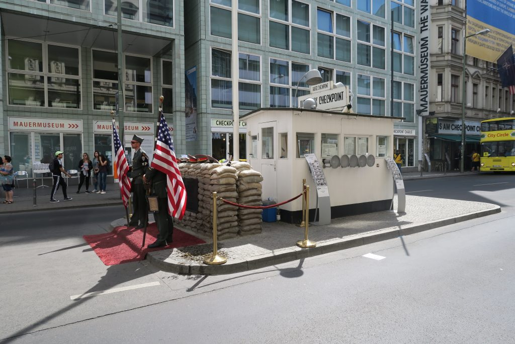 Checkpoint Charlie med det rekonstruerade vakthuset, och moderna vakter som låter sig fotas med turister.