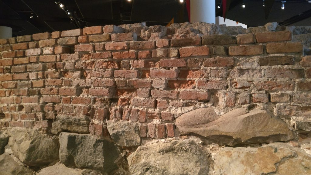 En del av stadsmuren som hittades vid utgrävningar vid Riksdagen.