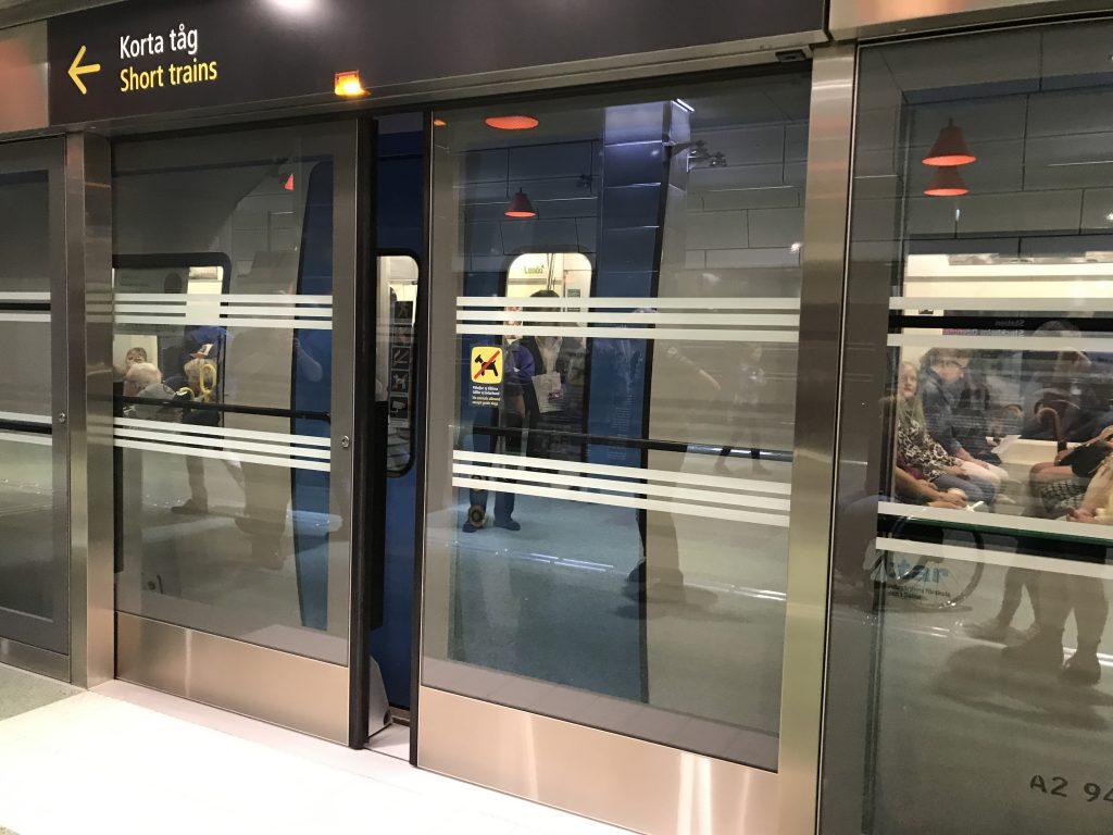 Plattformsdörrar som håller på att stängas